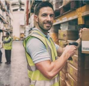 droplink_man_stocktaking_in_warehouse